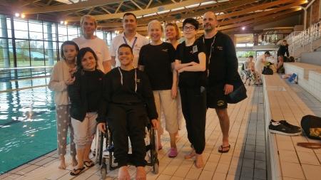 nageurs et officiels et entrain accompag